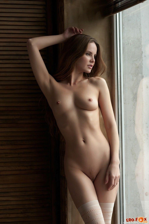 Молодая студентка в белых чулках - фото