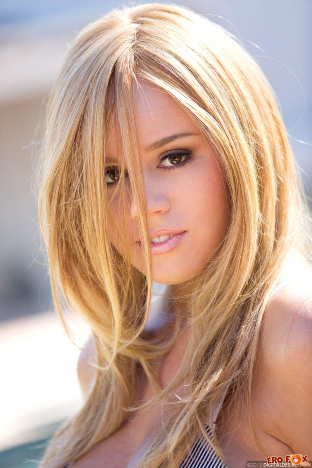 Блондинка с пышной грудью показала бритую киску - фото