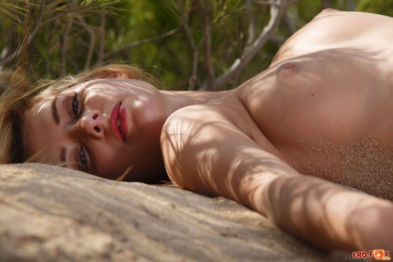 Соблазнительная девушка разделась на пляже - фото