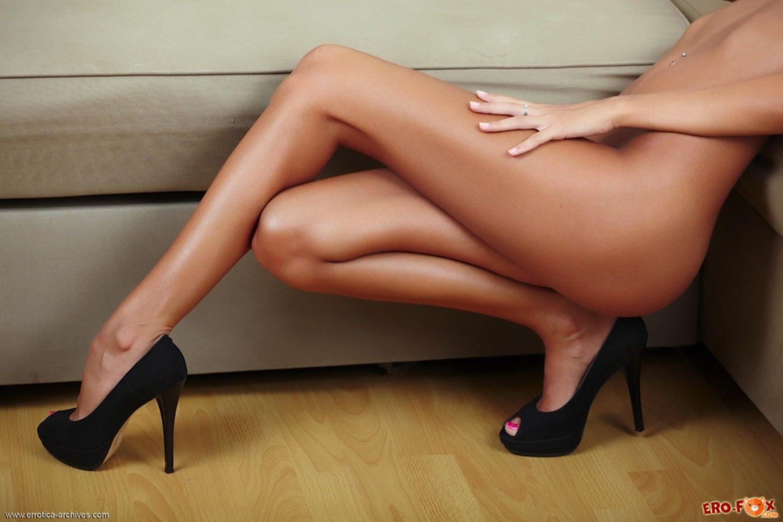 Девушка с загорелым телом позирует голая в туфлях - фото