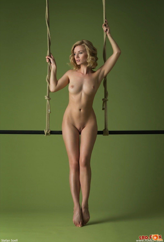 Желанная соблазнительная блондинка без одежды  - фото