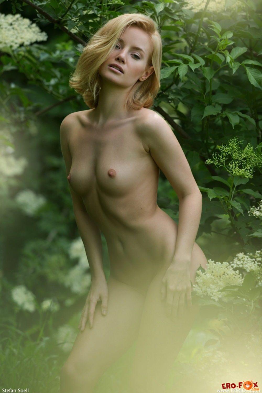 Белобрысая модель с упругими формами на природе - фото