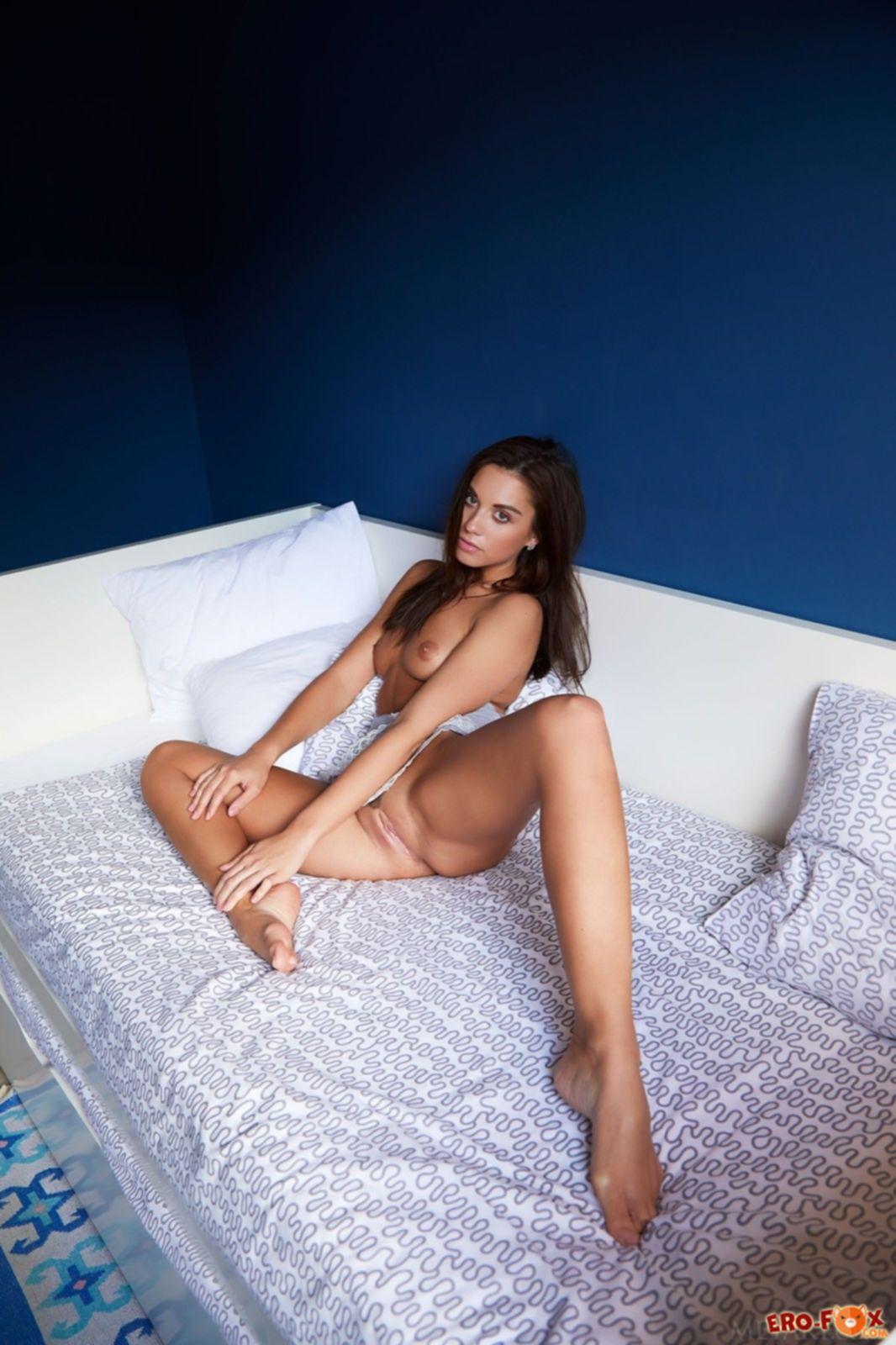 Красивая брюнетка широко раздвигает стройные ноги - фото