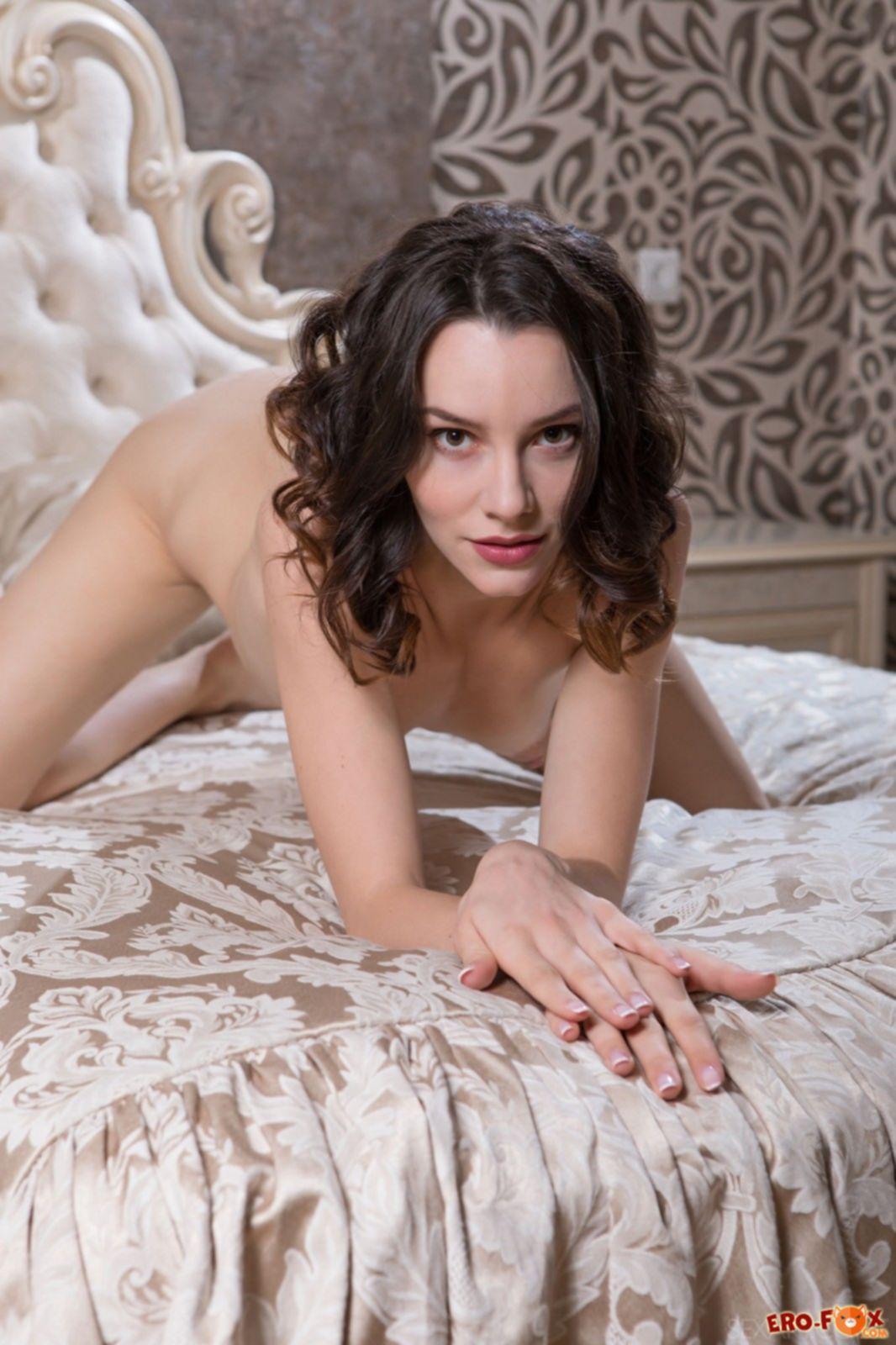 Красавица с нежной упругой попкой на кровати - фото
