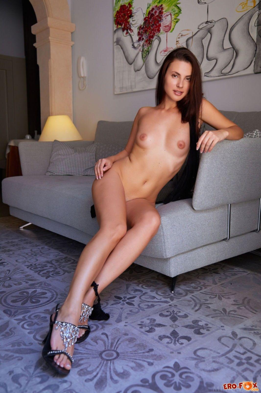 Девушка с длинными ногами показала попу раком на диване - фото