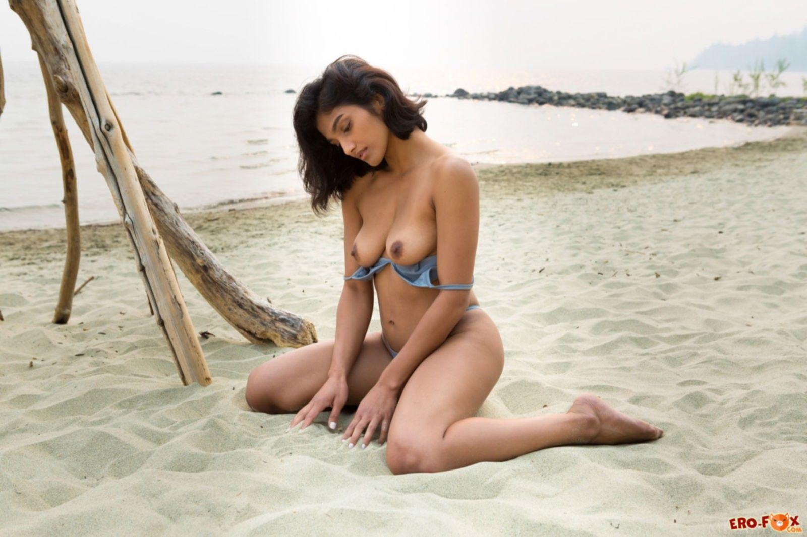 Голая мулатка с экзотической внешностью на пляже - фото