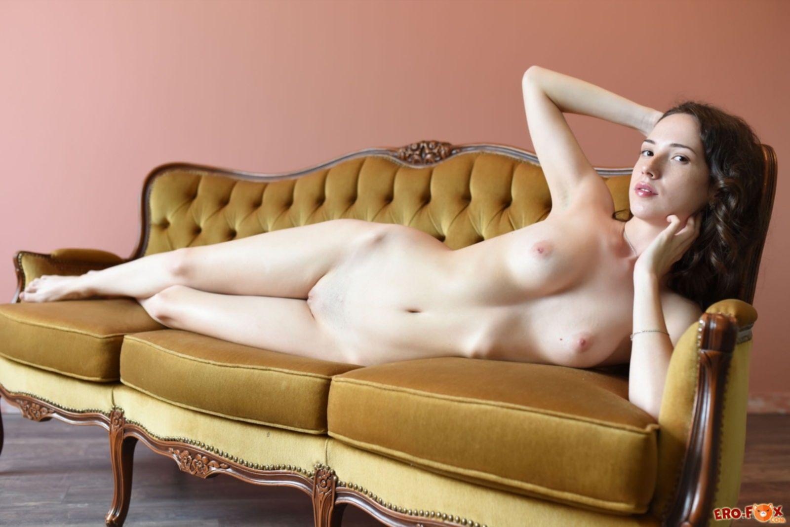 Голая худенькая девушка с бритой писей - фото
