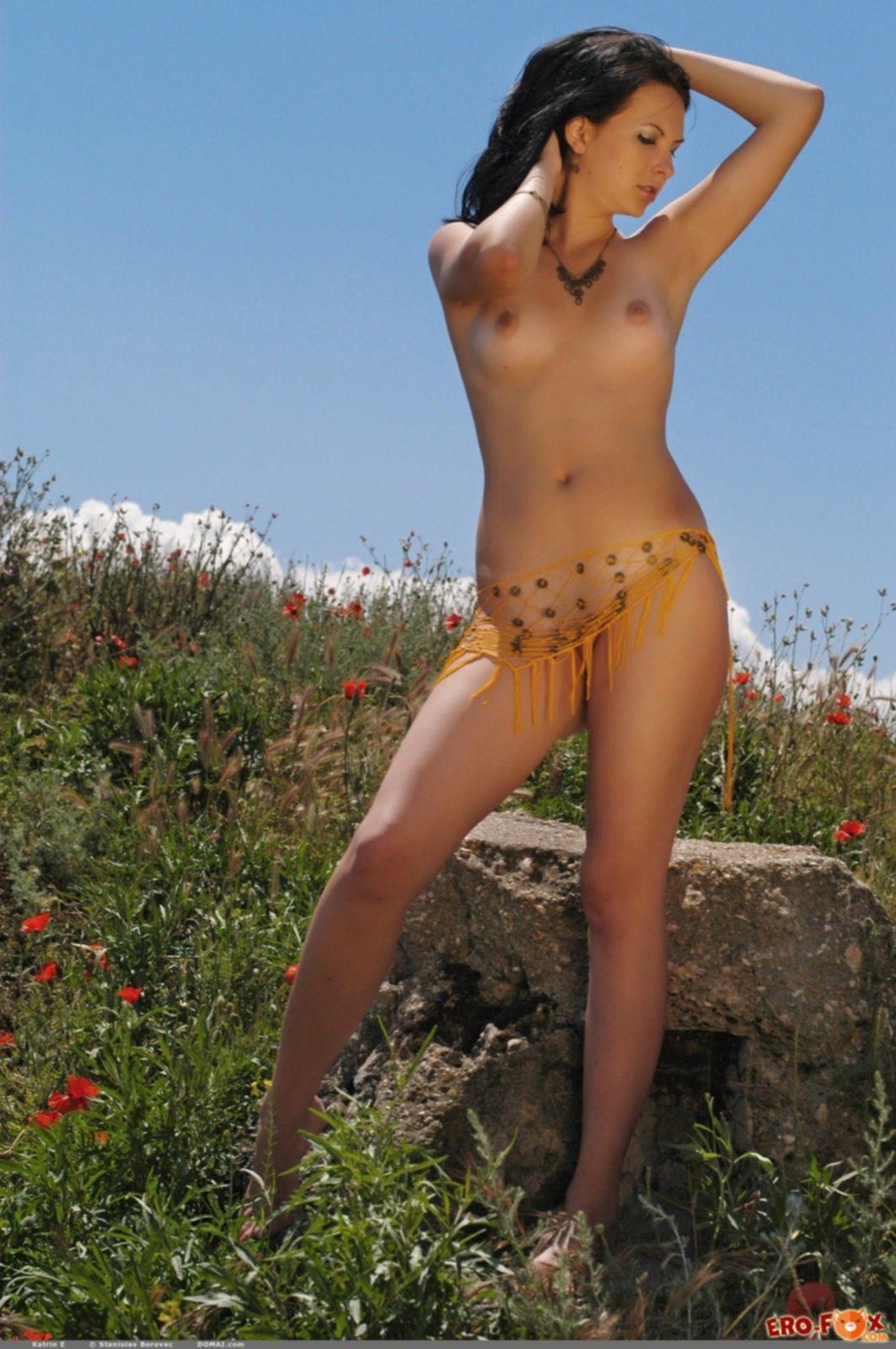 Сексуальная брюнетка голая позирует на природе - фото