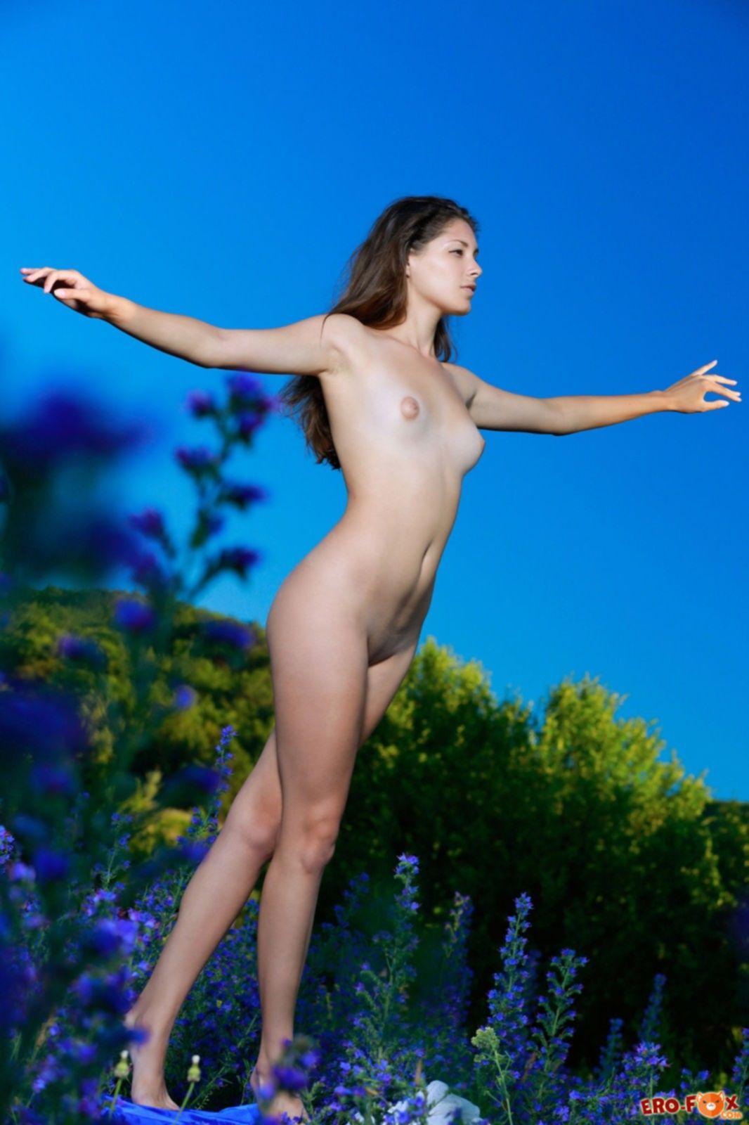 Девушка без трусиков встала раком на природе - фото