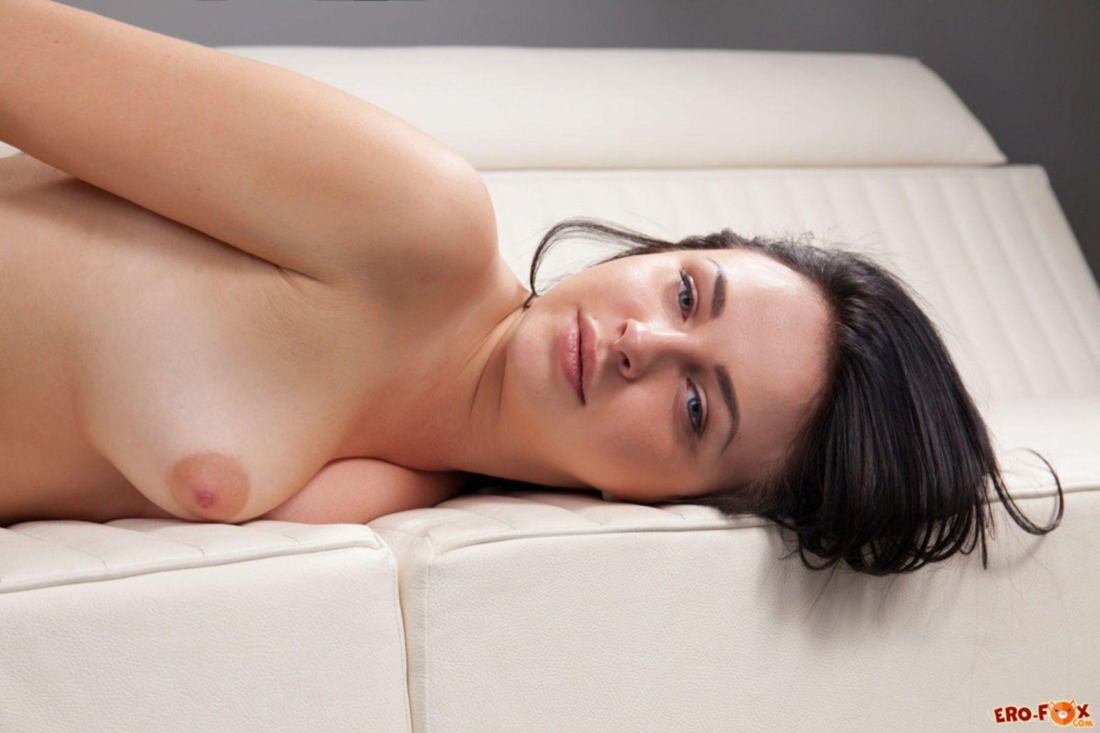 Девушка без трусов прогнулась раком на диване - фото