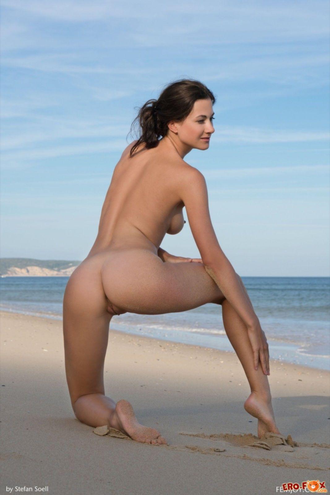 Девица с упругой грудью показала голое тело на пляже - фото