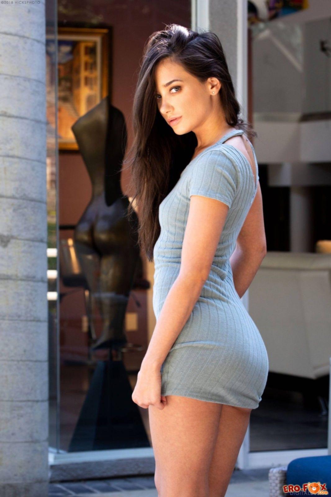 Красивая модель сняла платье и трусики - фото