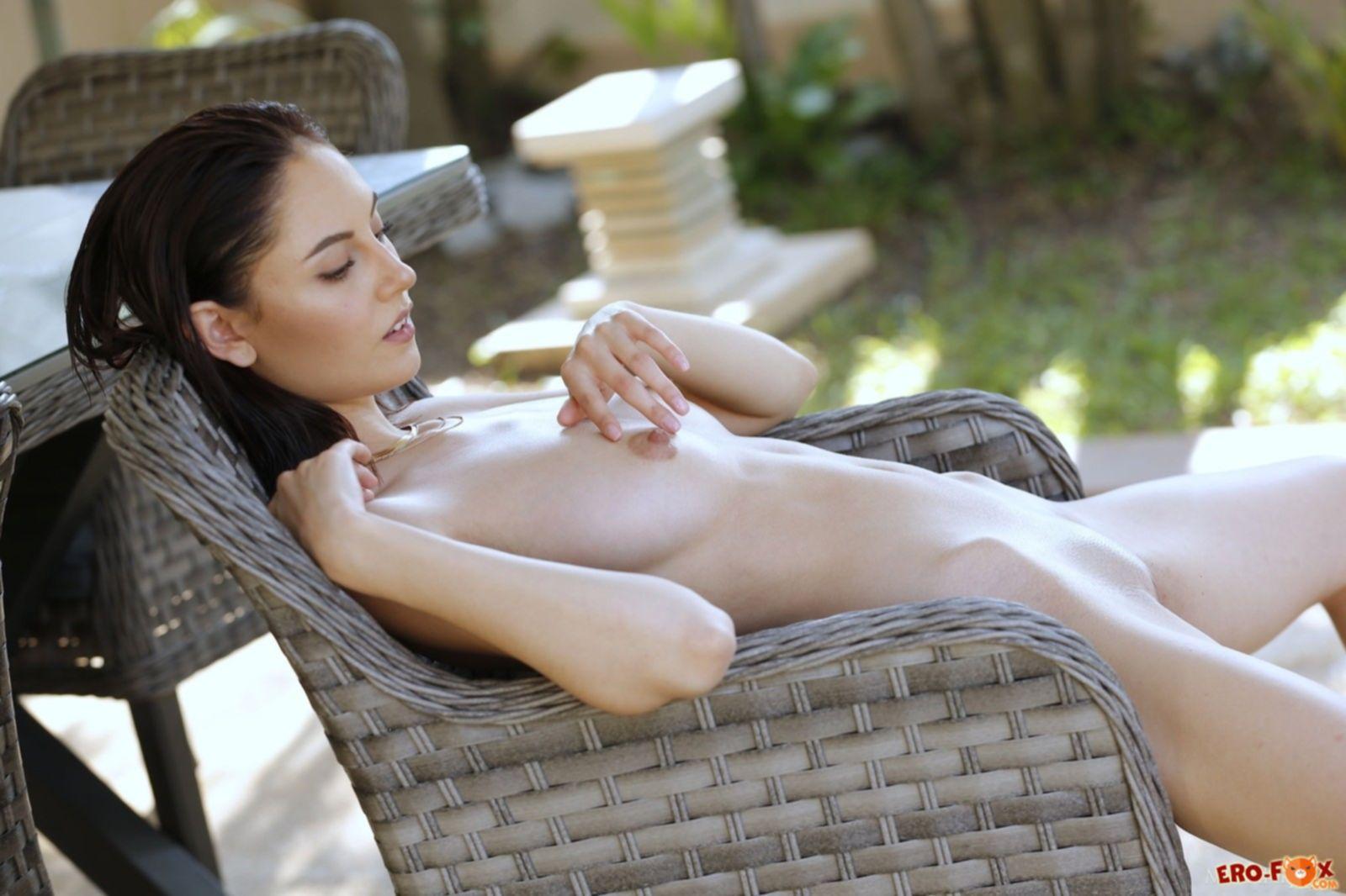 Сняла купальник и позирует голая - фото