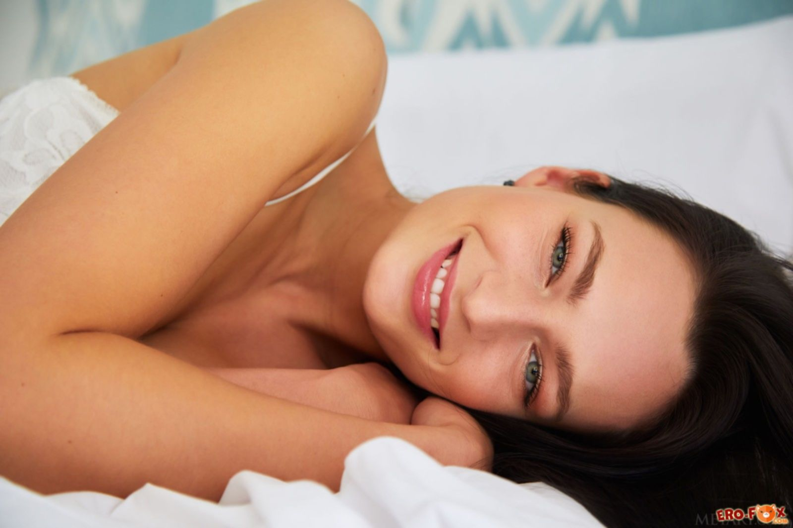 Голая девушка без трусов в постели - фото