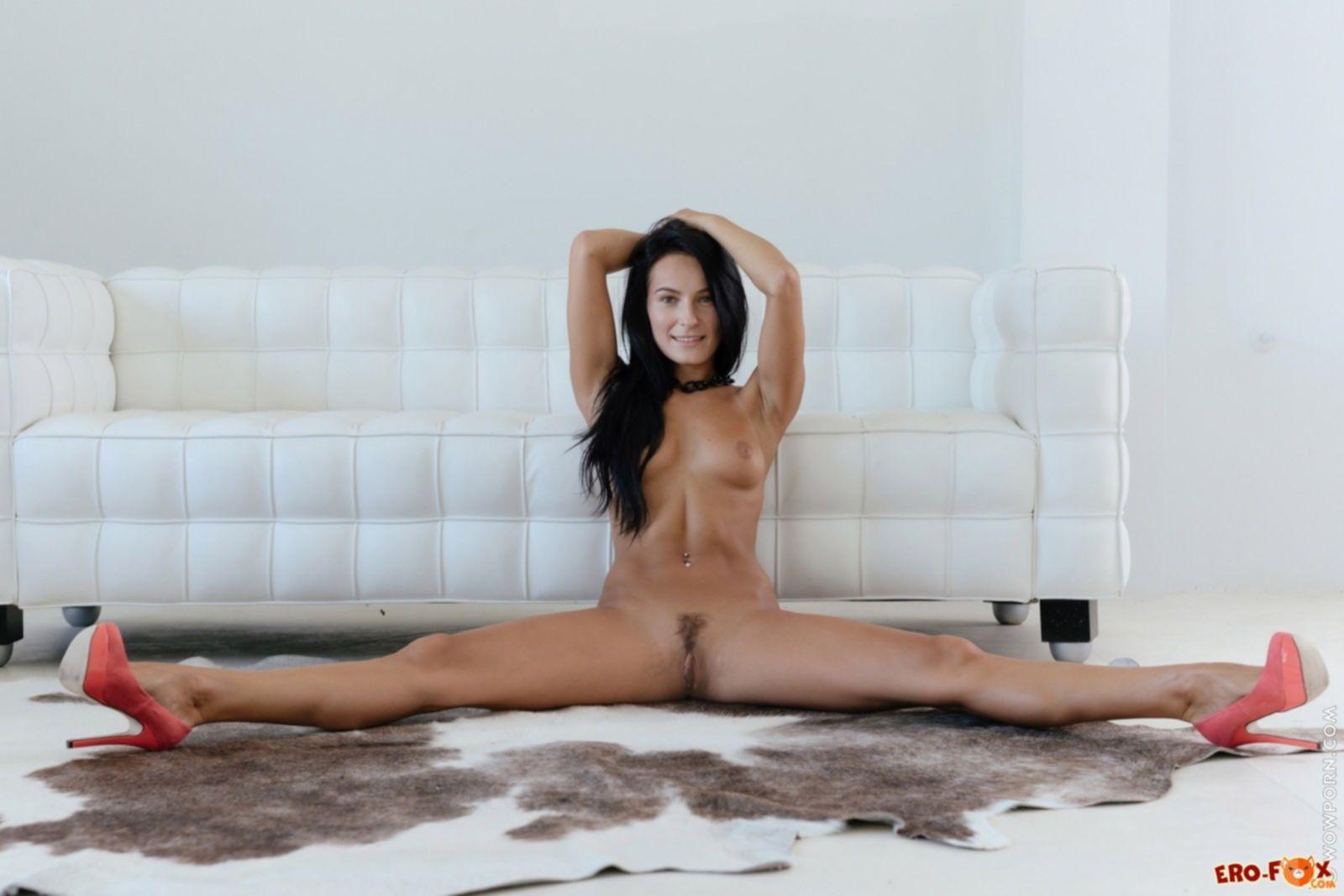 Голая девушка со спортивным телом - фото