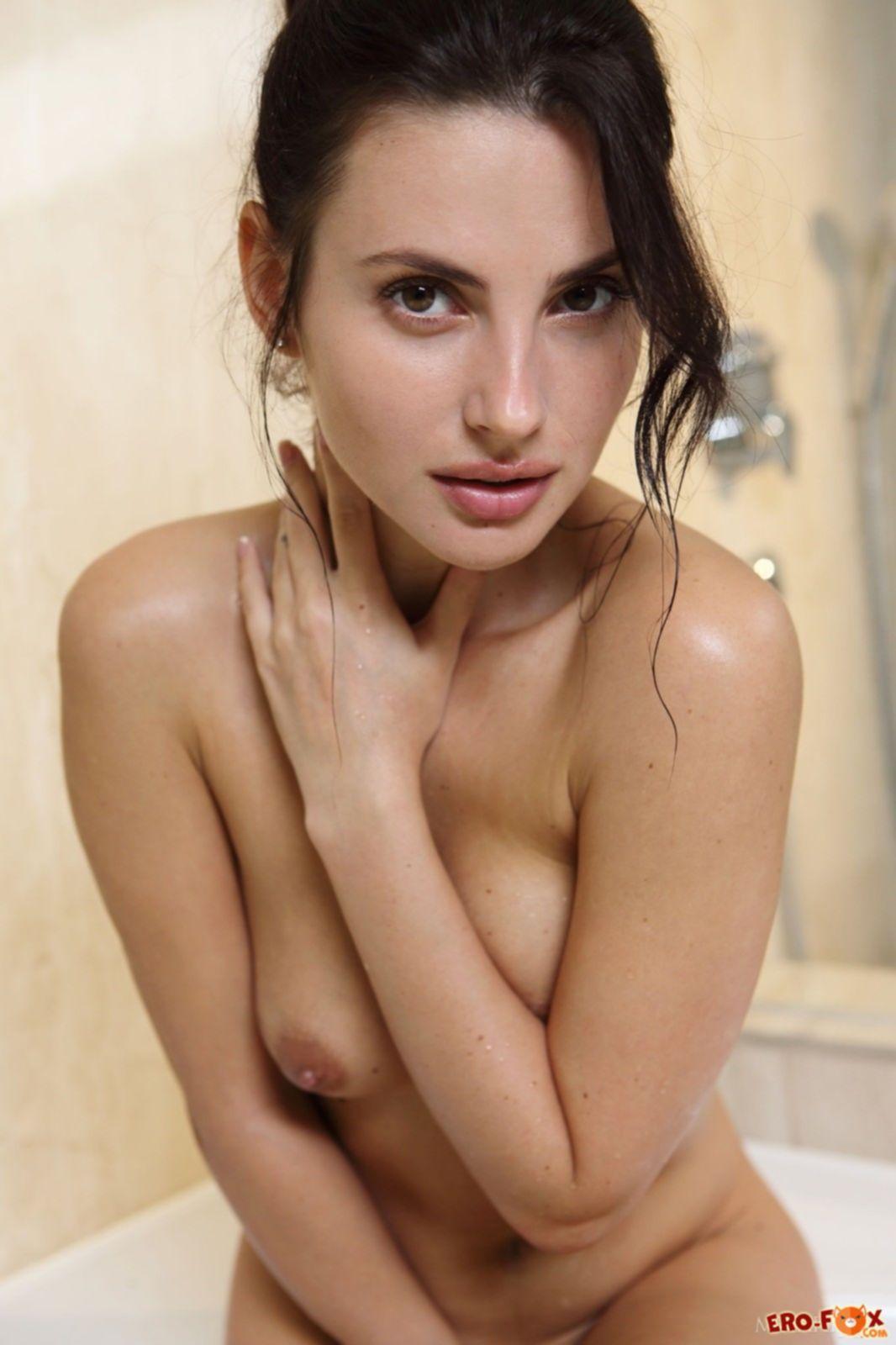Голая брюнетка моется в ванне - фото