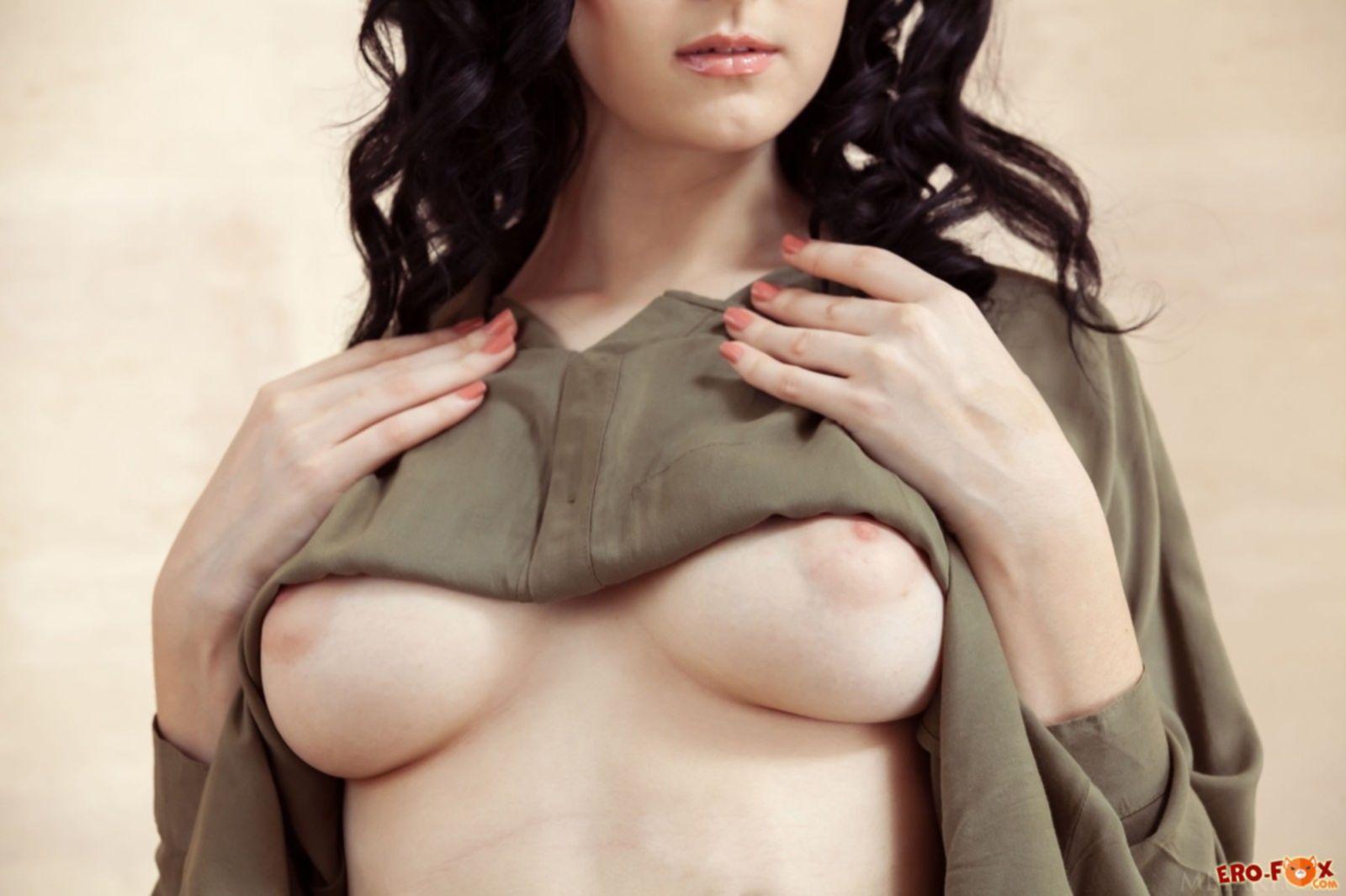 Брюнетка с упругими дойками сняла короткие шорты - фото