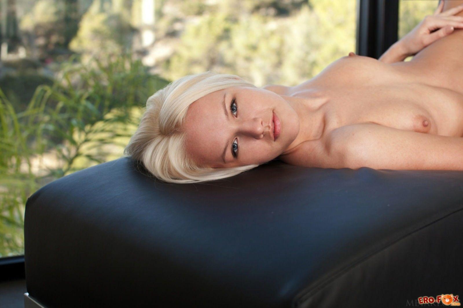 Стройная блондинка с упругой грудью и красивым телом - фото