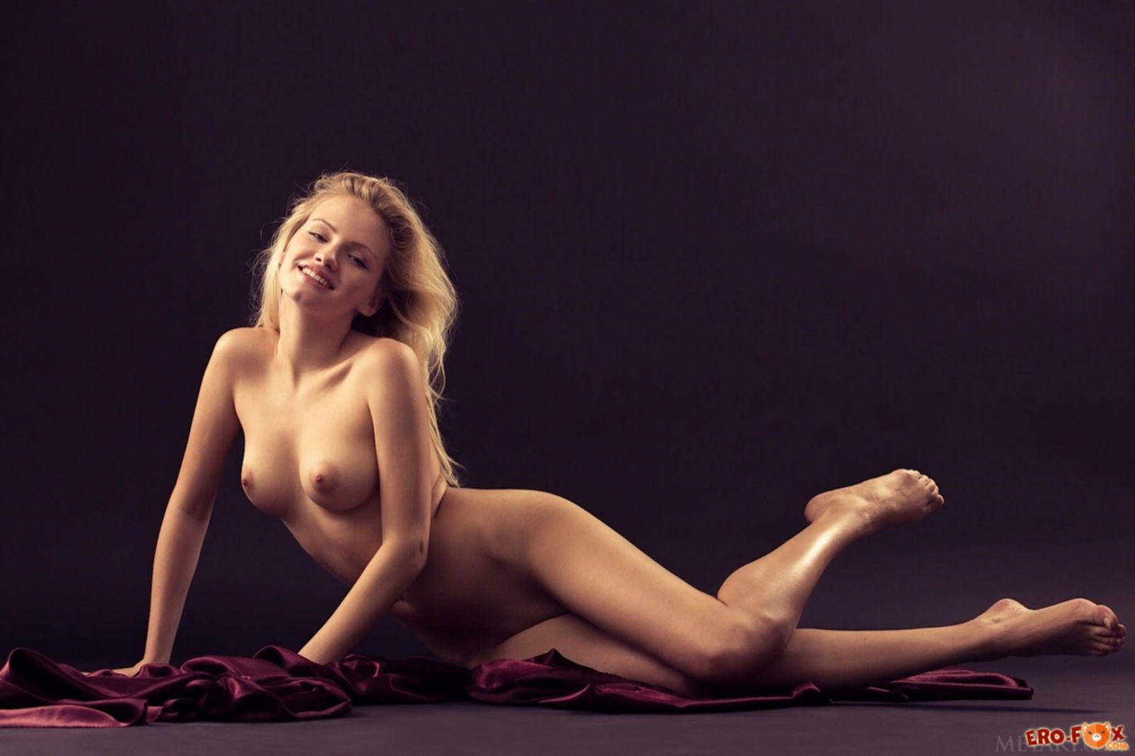 Красивая светловолосая модель с сексуальным телом - фото