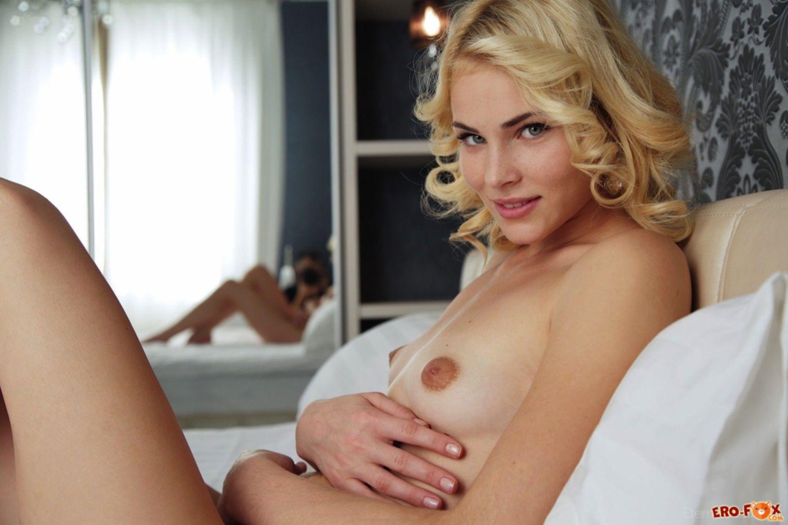 Красивая блондинка с плоскими сиськами - фото