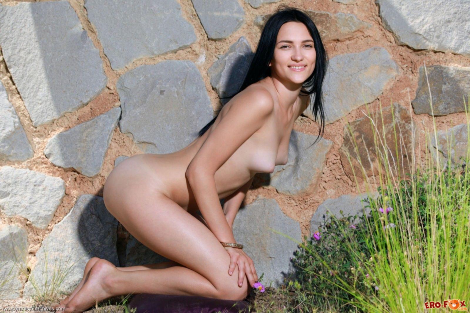 Темноволосая худышка с плоской грудью снимает платье - фото