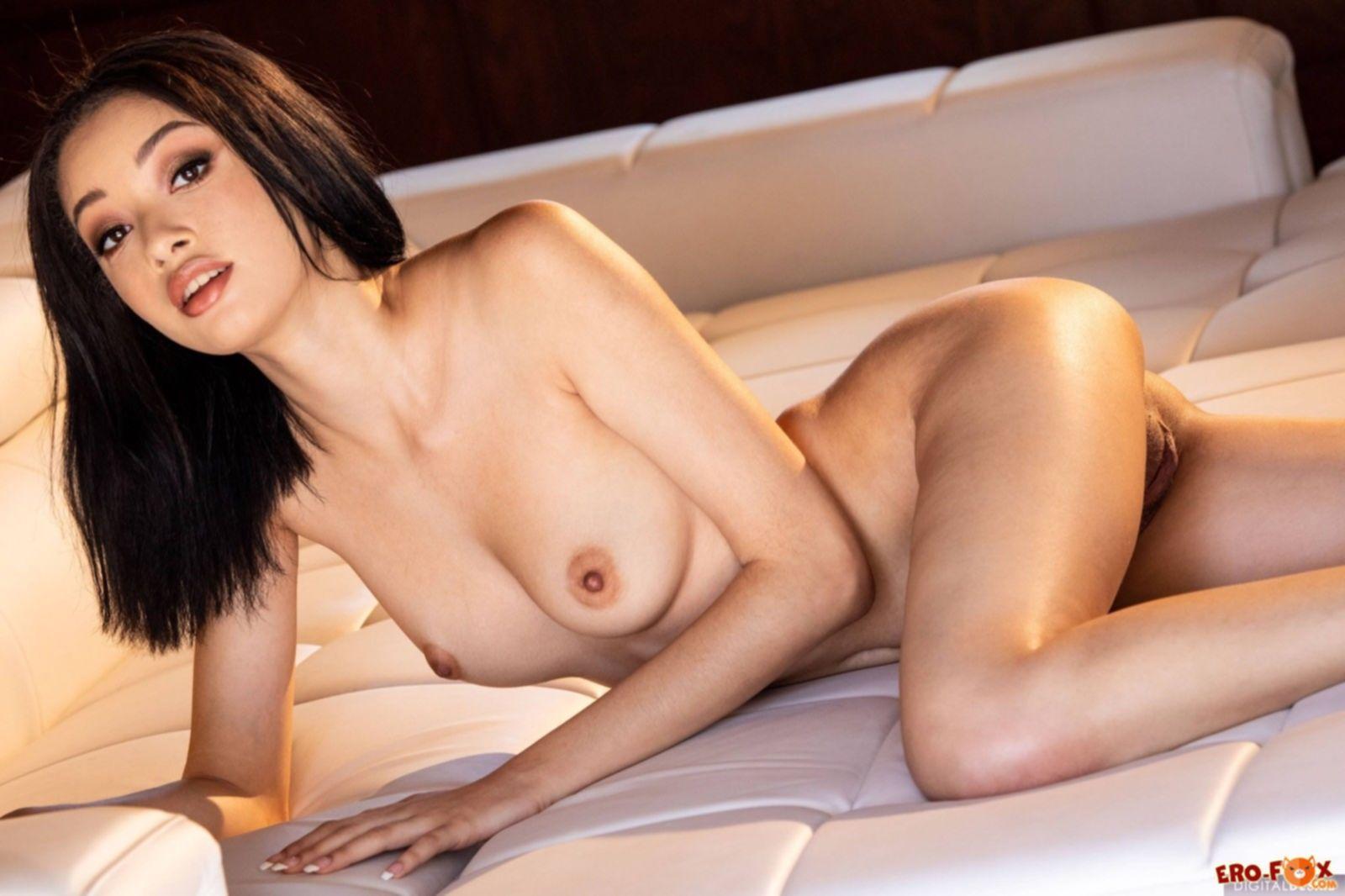 Сексуальная девушка красиво показывает голое тело - фото