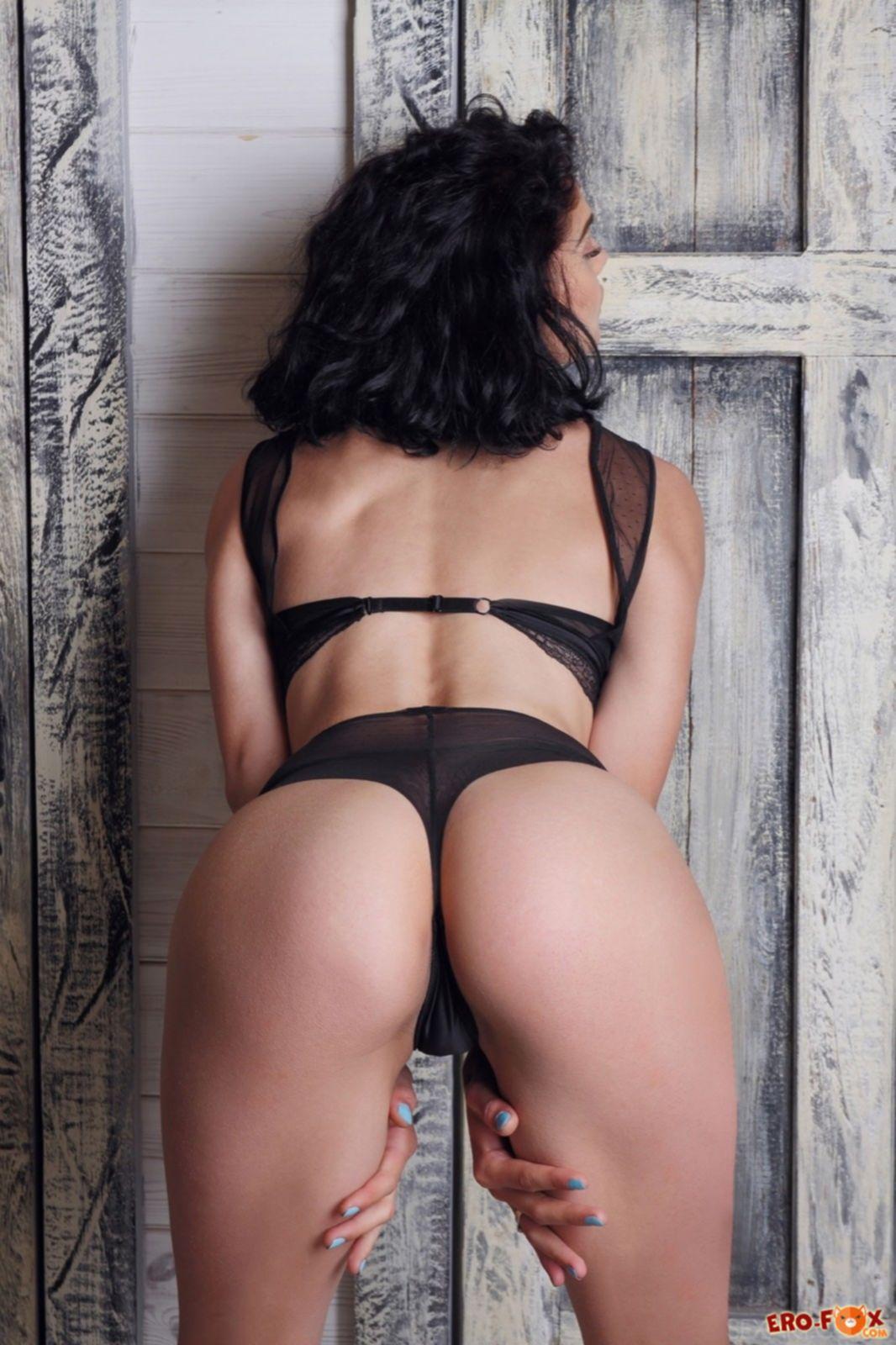 Игривая девушка в нижнем белье разделась до гола - фото