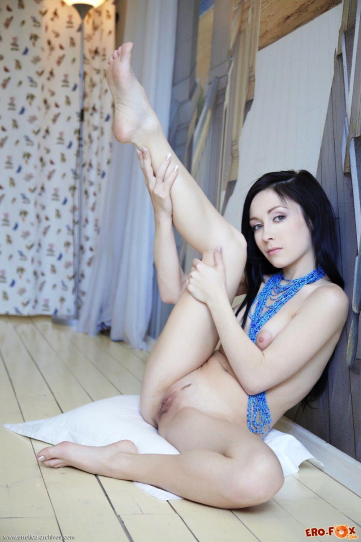 Девка раздвинула ноги и встала раком голая - фото