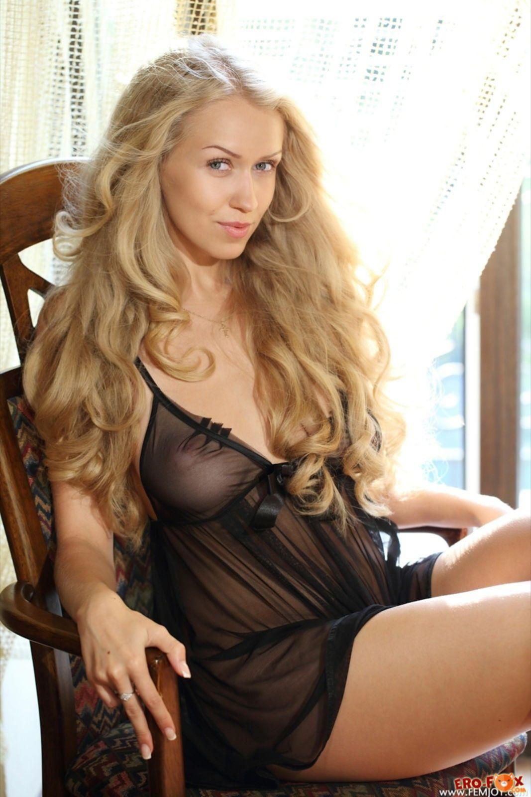 Обворожительная блондинка без трусиков на полу - фото