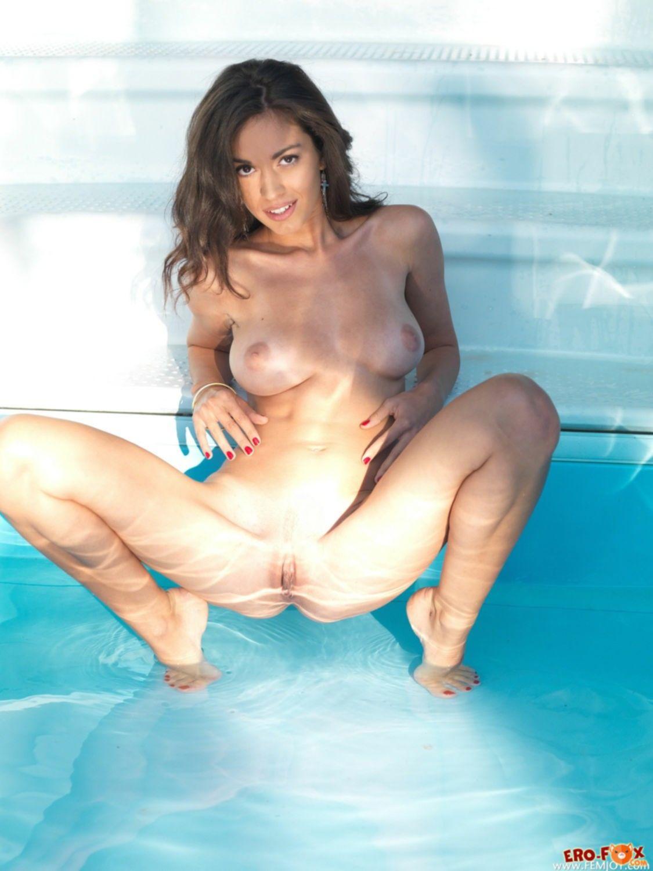 Брюнетка сняла трусики и раздвинула ноги у бассейна - фото