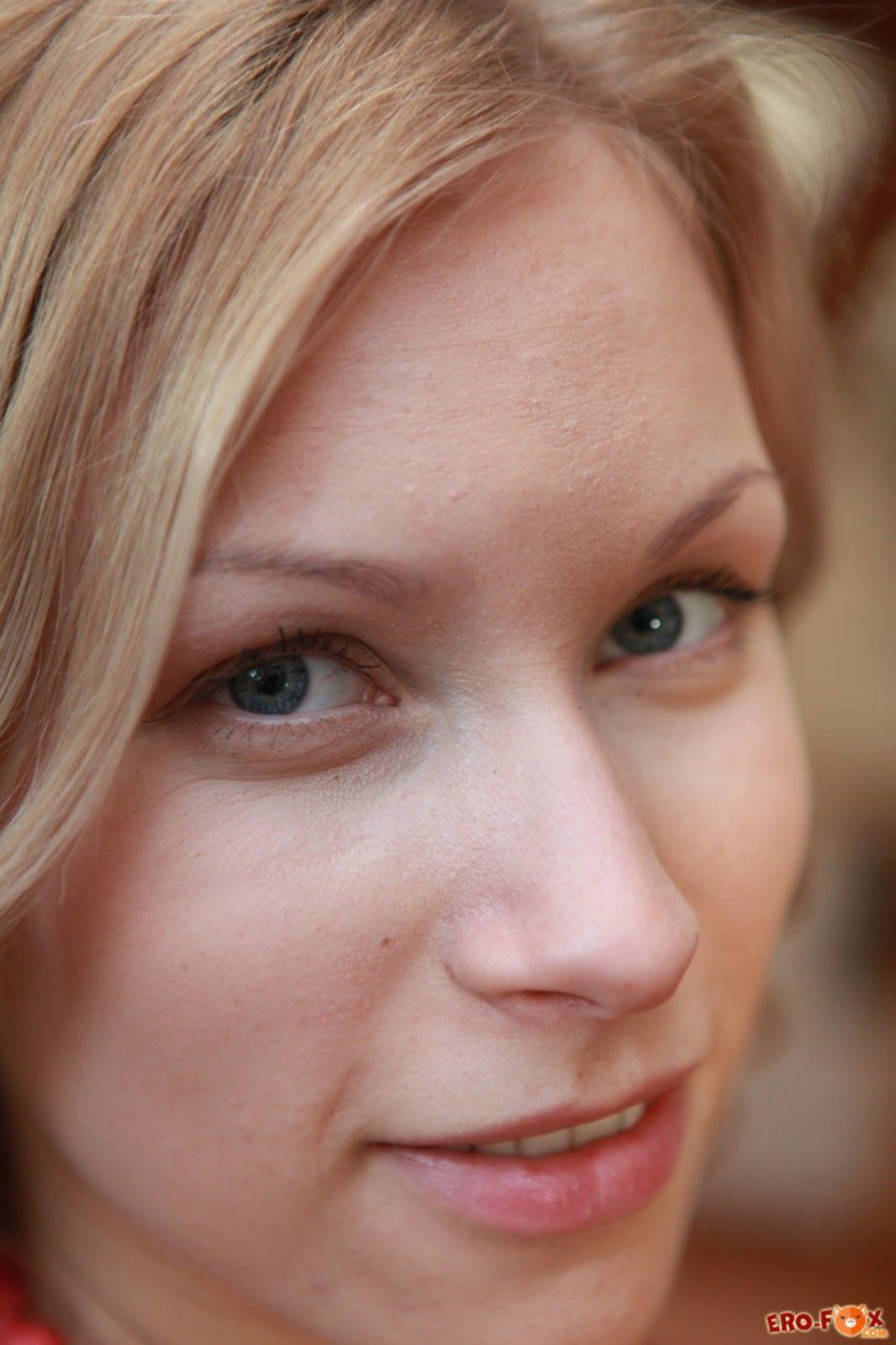 Блондинка с бусами на голое тело - фото
