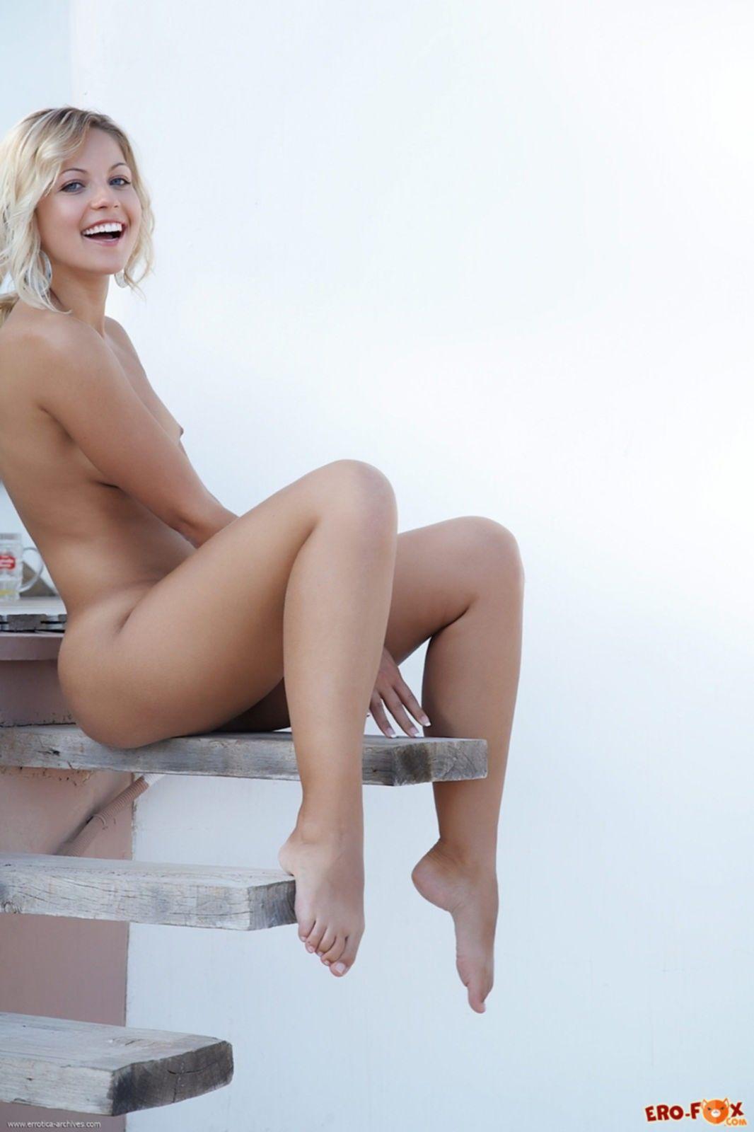 Раздетая девица с гладкой кожей и светлыми волосами - фото