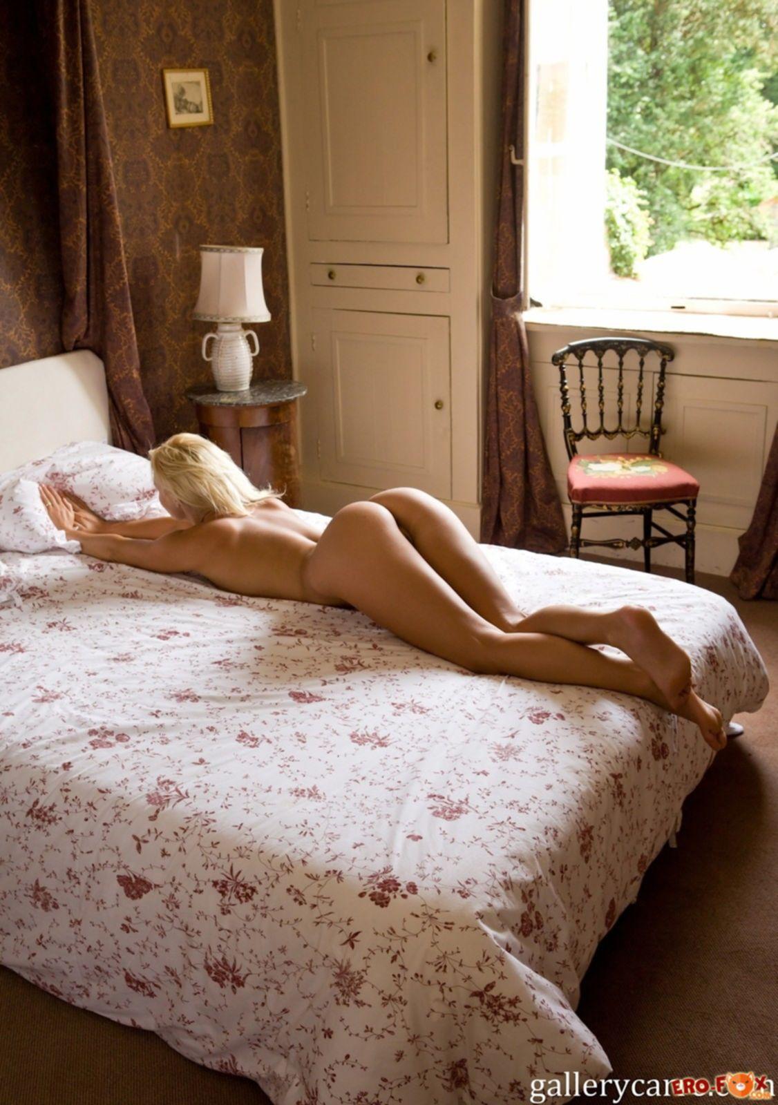 Блондинка с накаченной попочкой в загородном доме - фото