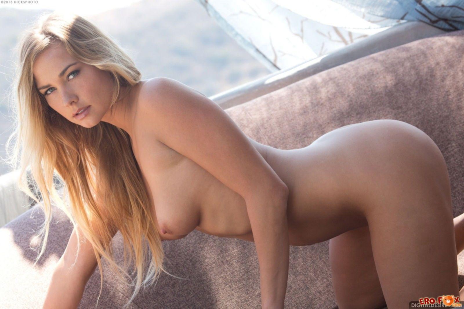 Классная блондинка с подкаченной обнаженной задницей - фото