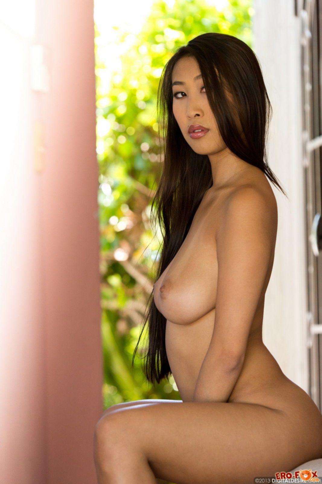 Сексуальная голая японка с большими сиськами - фото