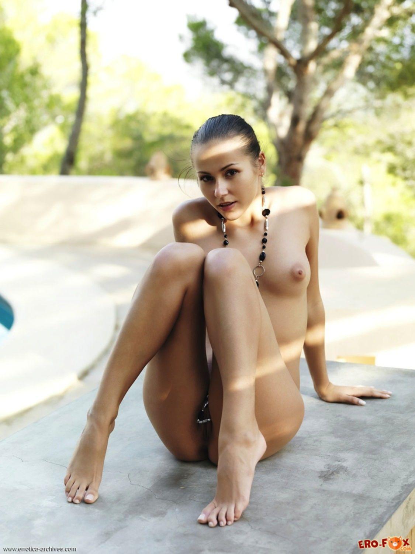 Откровенное фото без трусов - голая девушка.