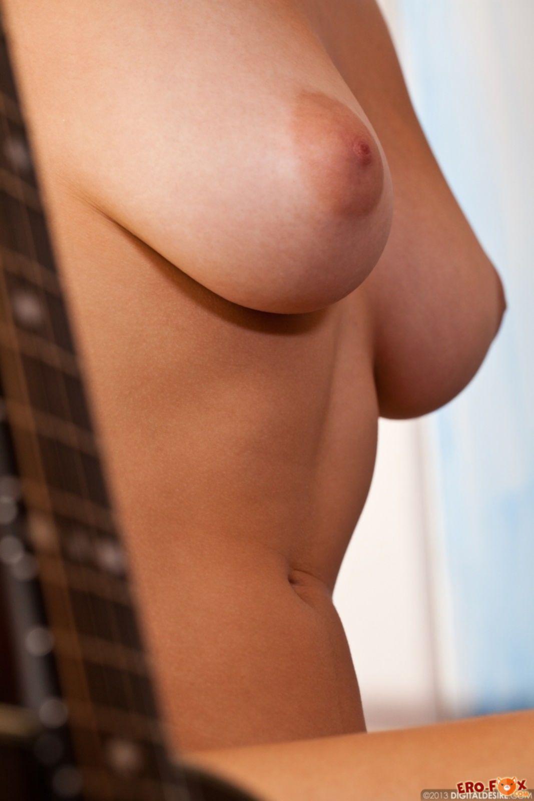 Голая брюнетка с красивой мохнатой пиздой - фото