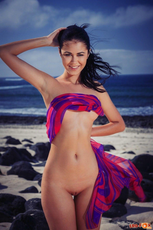 Брюнетка на пляже без нижнего белья - фото