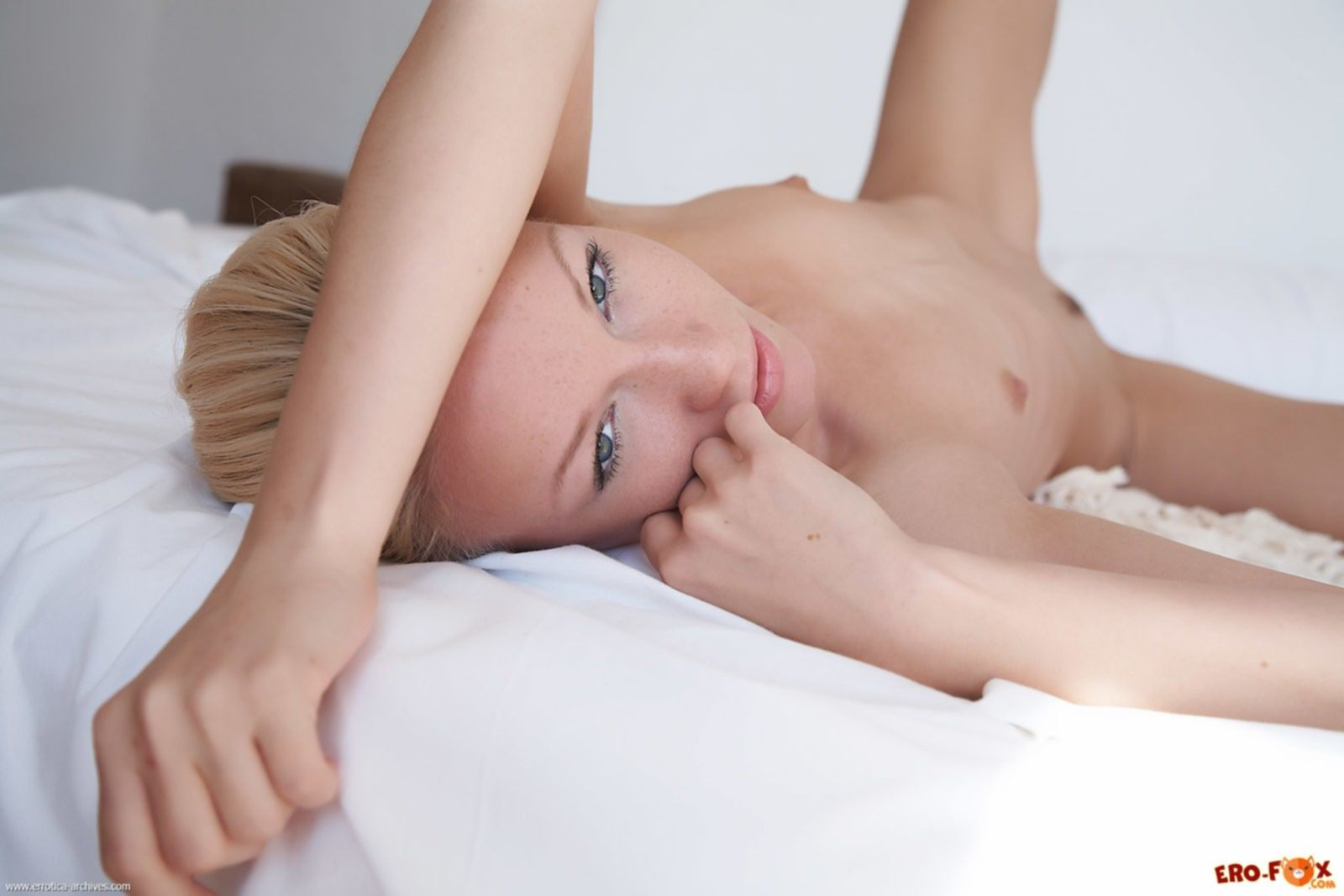 Показала свои сладкие дырочки на кровати - фото