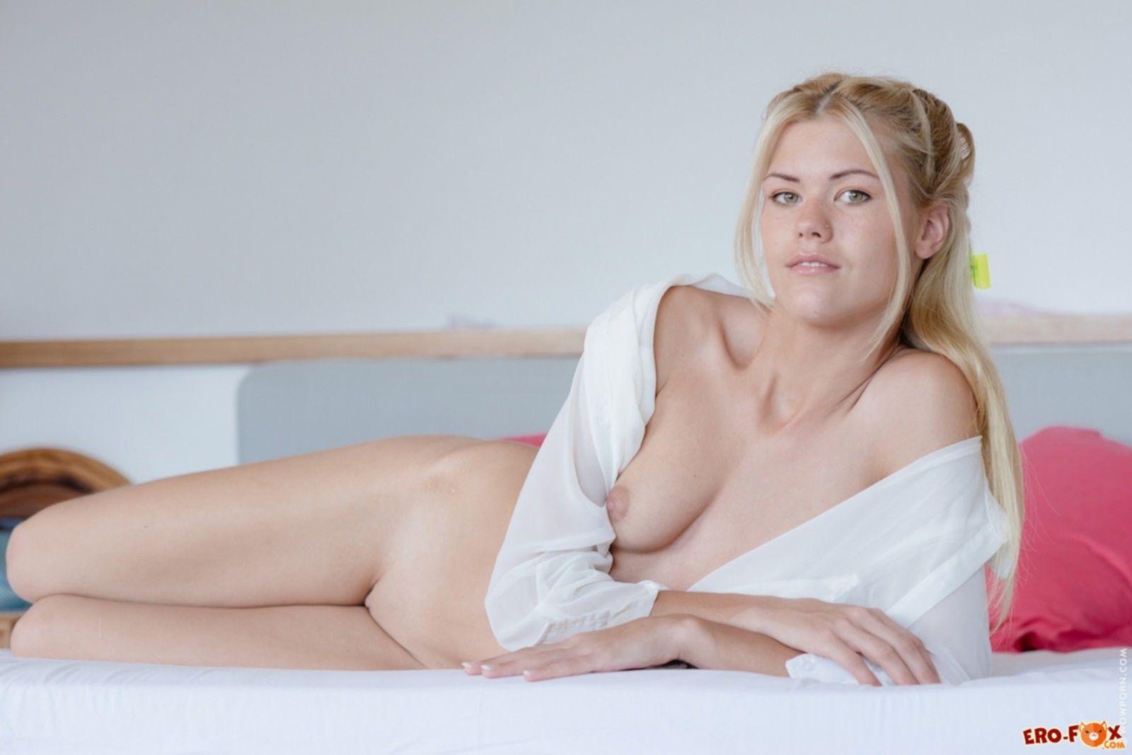 Девушка в рубашке без нижнего белья на кровати - фото