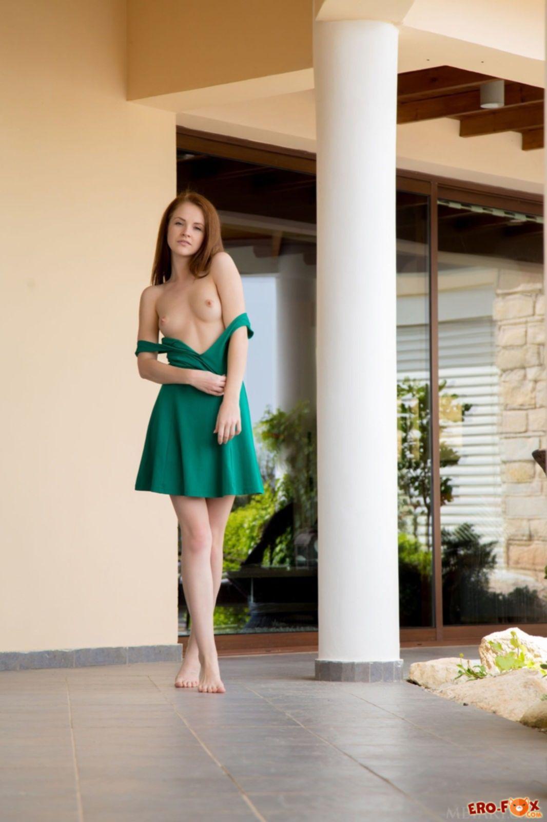 Красотка с плоскими сиськами сняла платье на прогулке - фото