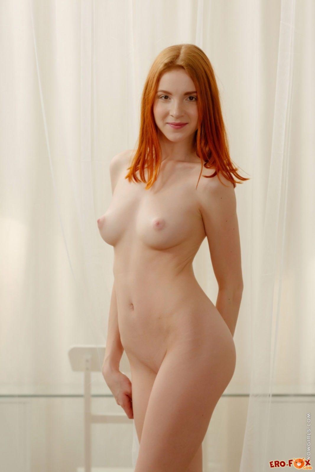 Грудастая рыжая девушка сняла пеньюар - фото