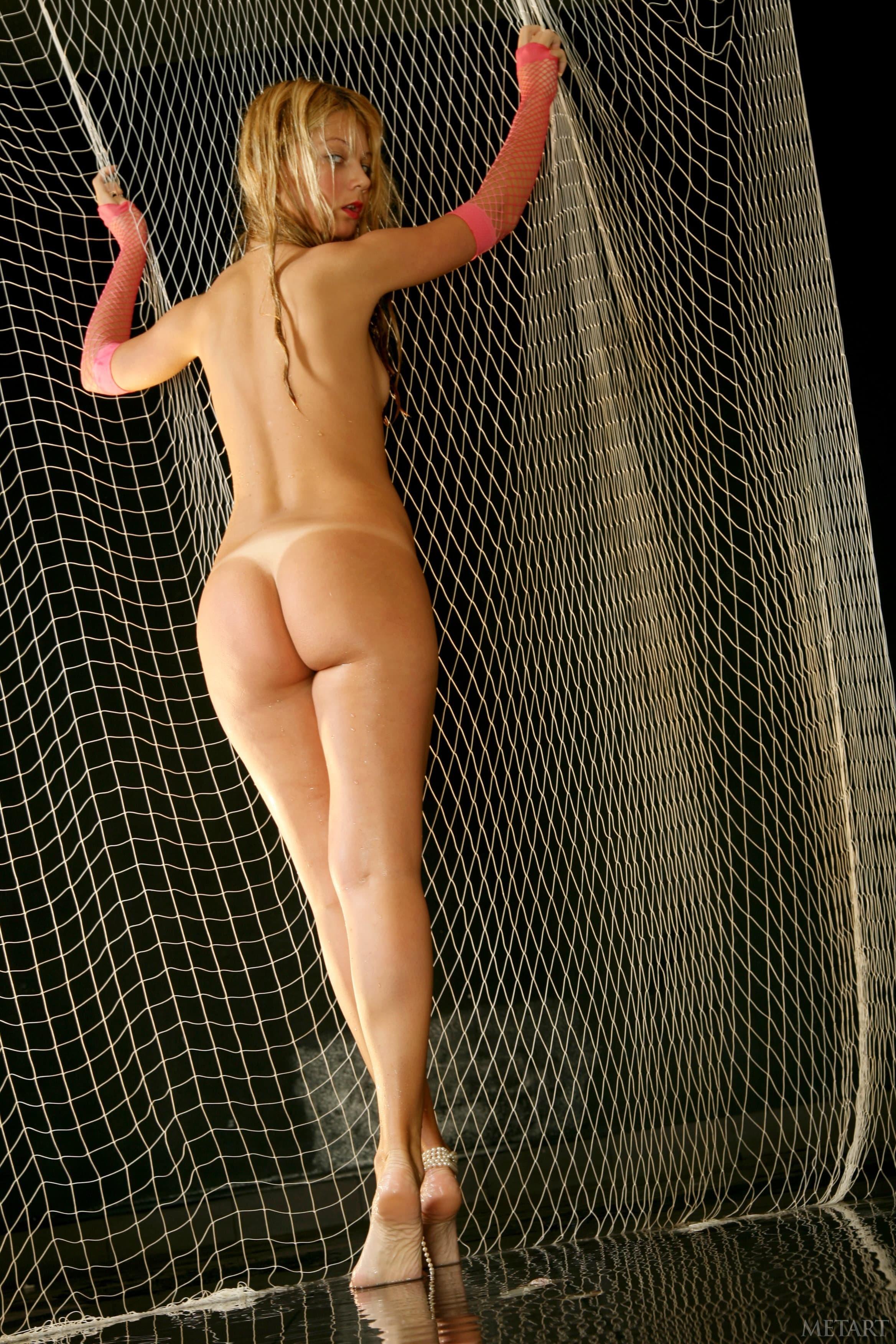 Блондинка с мокрой жопой и писькой - фото