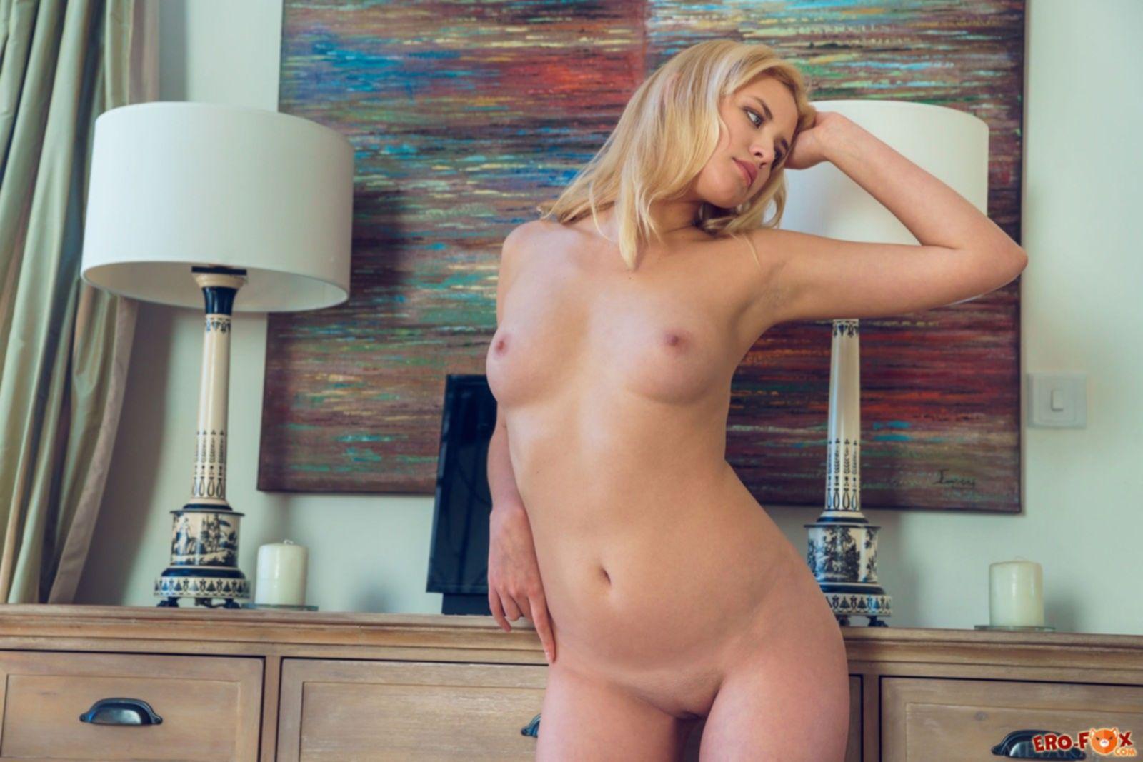 Блондинка без трусов разделась до гола - фото