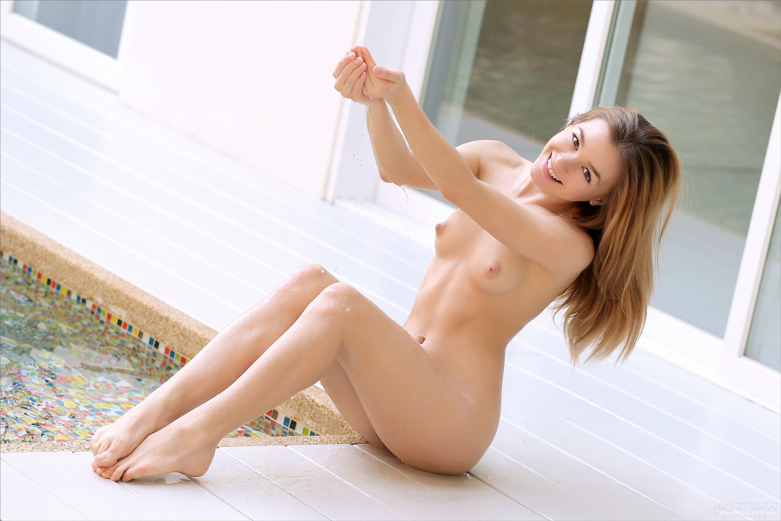 Обаятельная худенькая девица с плоской грудью у бассейна - фото