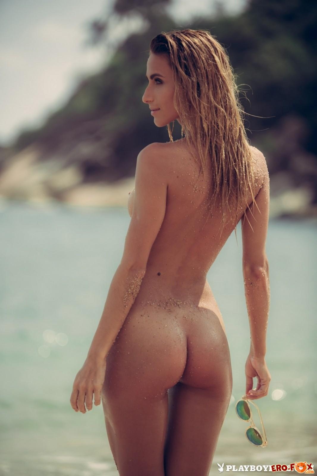 Девушка похвасталась упругими титьками на пляже - красивая эротика!