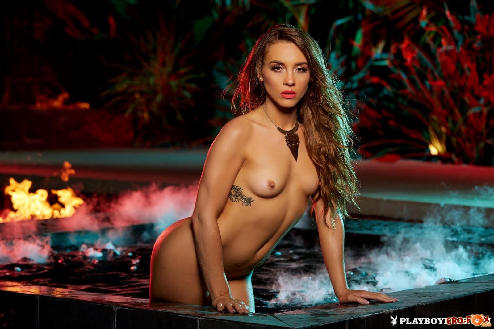 Эро модель показала у бассейна маленькие дойки - фото!