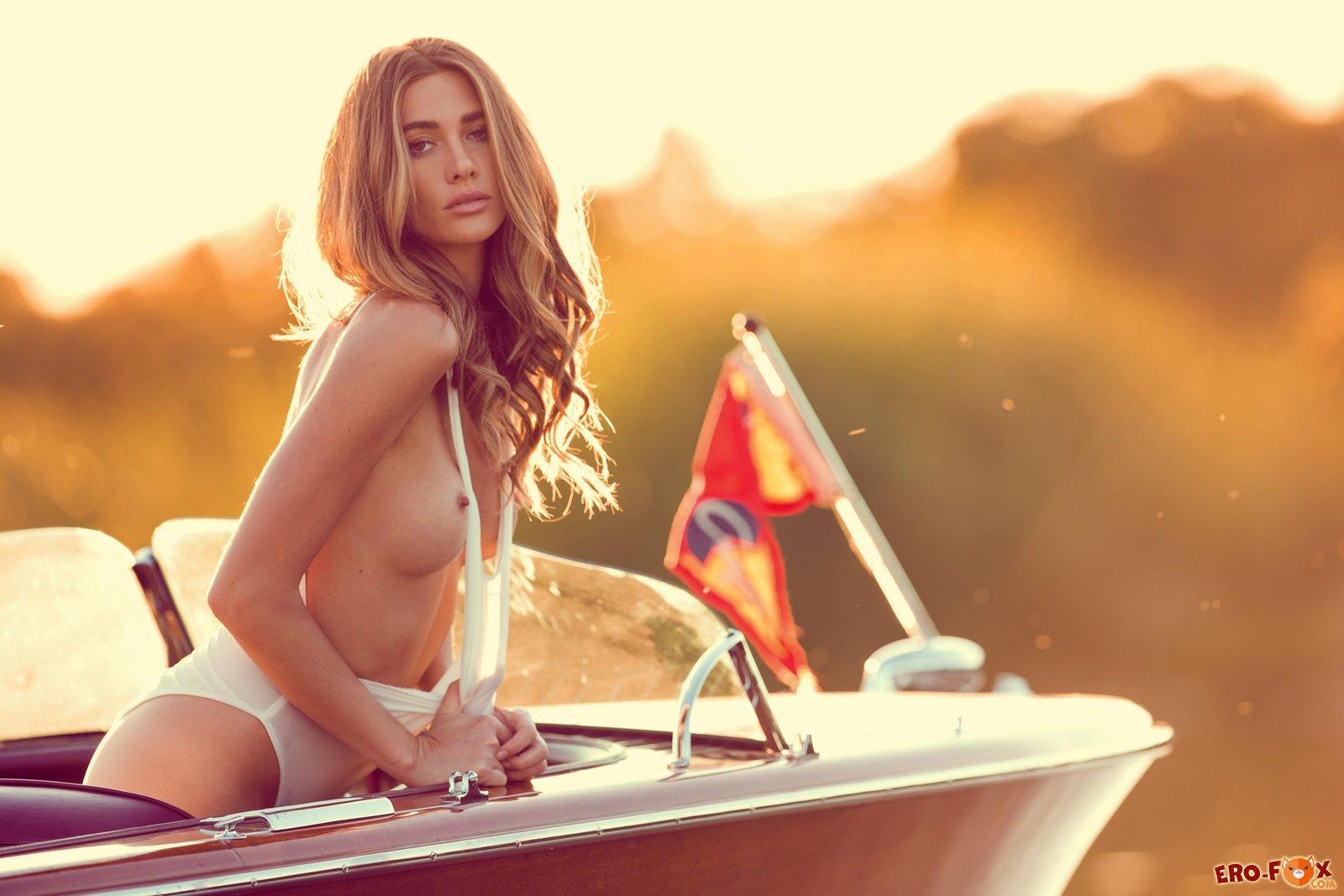 Девушка обнажила свою красивую упругую грудь - фото эротика.