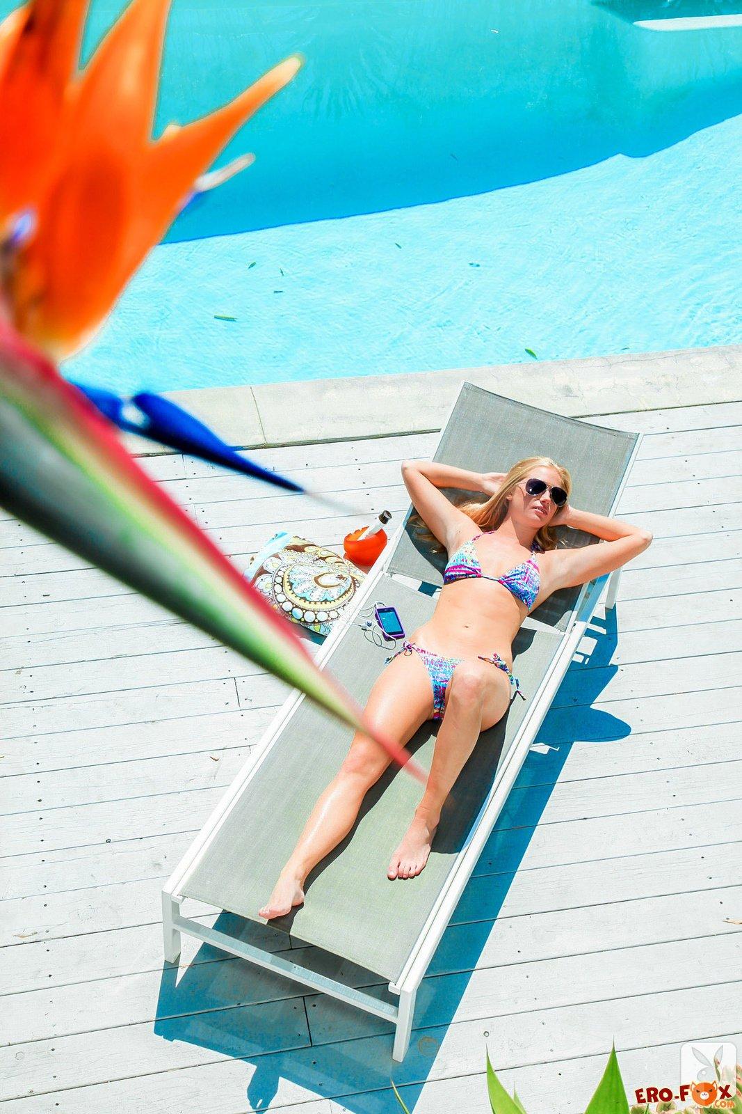 Сексуальная блондинка в купальнике топлес - фото эротика.