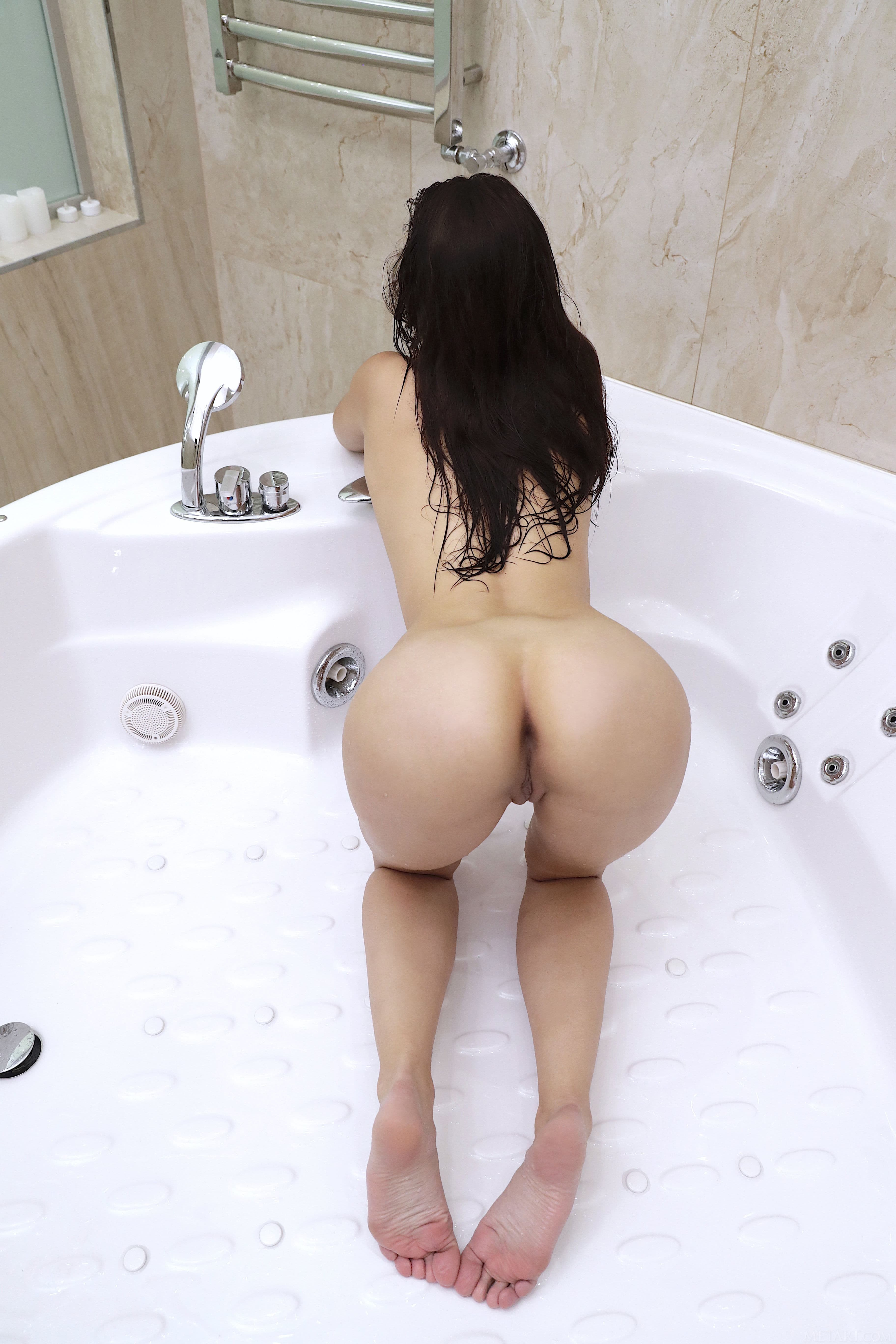 Голая брюнетка моет письку в ванной - фото